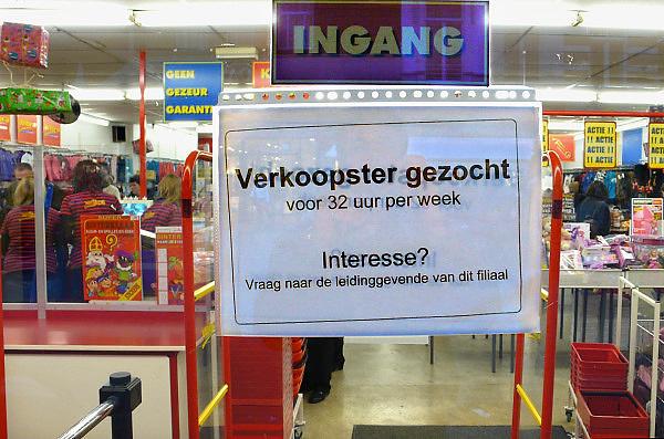 Nederland, Nijmegen, 20-11-2010Op de deur van een vestiging van een Wibra textielsuper hangt een briefje waarin een verkoopster wordt gevraagd.Foto: Flip Franssen/Hollandse Hoogte