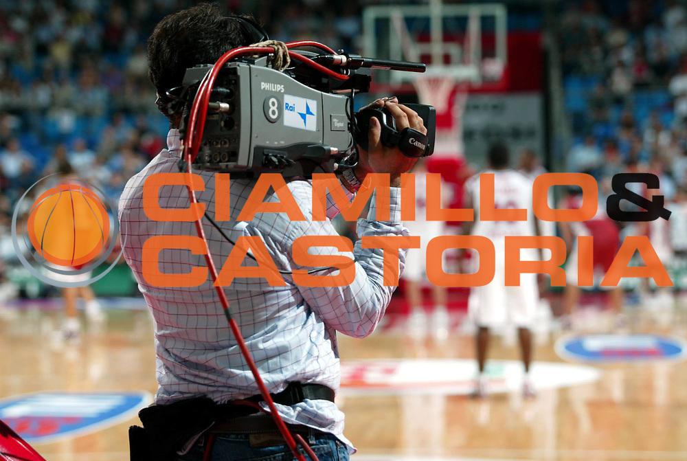 DESCRIZIONE : CAMPIONATO NAZIONALE DI BASKET LEGA A1 DIRETTA RAI GIOCATORE : OPERATORI CAMERAMAN SQUADRA : EVENTO: CAMPIONATO ITALIANO DI BASKET LEGA A1 STAGIONE 2003-2004 DIRETTA RAI TV DATA : 2010-01-06CATEGORIA : SPORT :  AUTORE : AGENZIA CIAMILLO & CASTORIA/G.Ciamillo