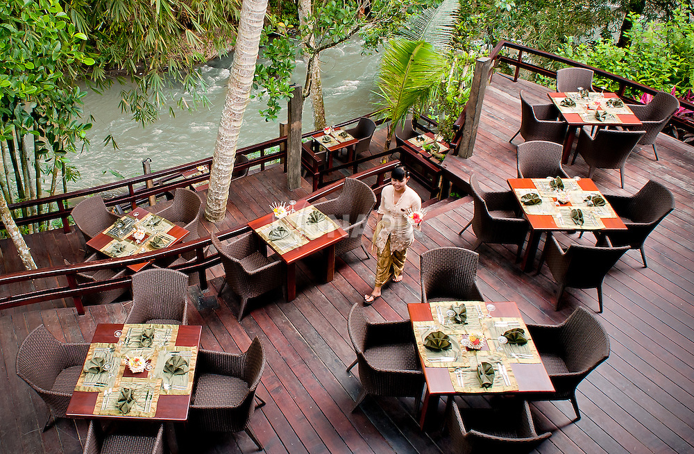 Al fresco seating at the Sakti Dining Room, Fivelements Puri Ahimsa. The 400 square meter, 80-seat restaurant runs on just 160 watts of LED lighting. The menu features all-vegan cuisine, including a creative array of raw food offerings, all sourced from local organic suppliers.