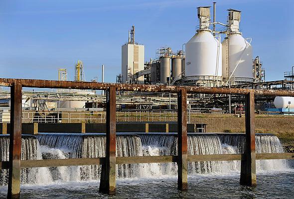 Nederland, Rotterdam, 24-10-2008Lozingspunt van koelwater van een fabriek van Shell in de Botlek.Foto: Flip Franssen/Hollandse Hoogte
