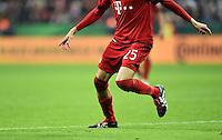 Fussball  DFB Pokal  Achtelfinale  2015/2016  15.12.2015 FC Bayern Muenchen - SV Darmstadt 98 Thomas Mueller (li, FC Bayern Muenchen) traegt  abgeschnittene Stutzen als Knieschoner gegen Schuerfwunden auf dem Hybridrasen in der Allianz Arena