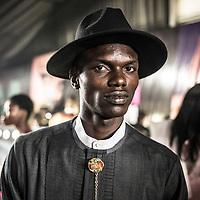 Un modèle portant des tenues de Johnson Johnson attend en backstage avant de defiler lors de la Lagos Fashion and Design Week.