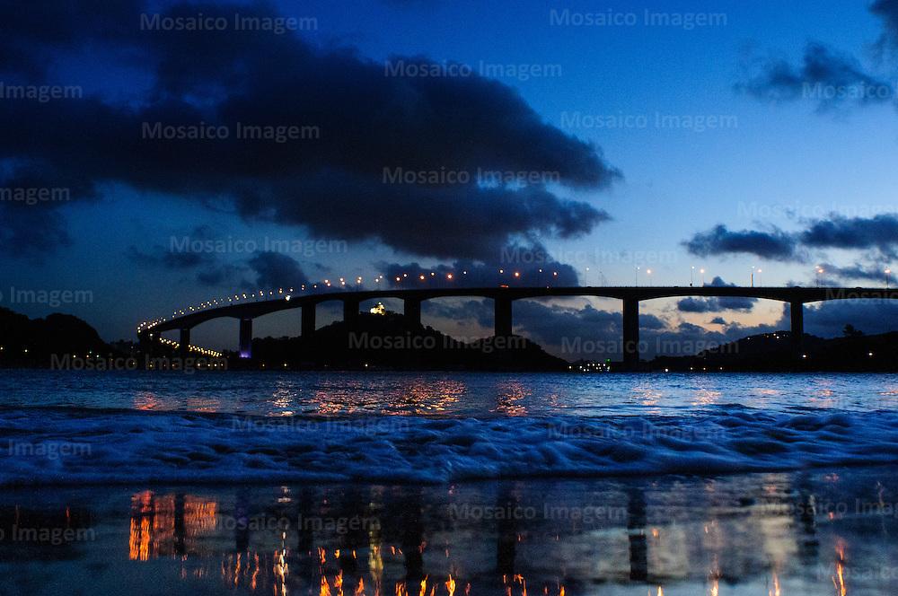 Brasil - Espirito Santo - Vitoria - Anoitecer com vista para Terceira Ponte e Convento da Penha - Foto: Gabriel Lordello/ Mosaico Imagem