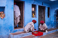 Inde, Rajasthan, Jodhpur la ville bleue; jeu de dame // India, Rajasthan, Jodhpur, the blue city, game of draughts