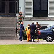 92 ste verjaardag Pr. Bernhard Sr., prinses Christina en Juliana Jr. bezoekt haar moeder
