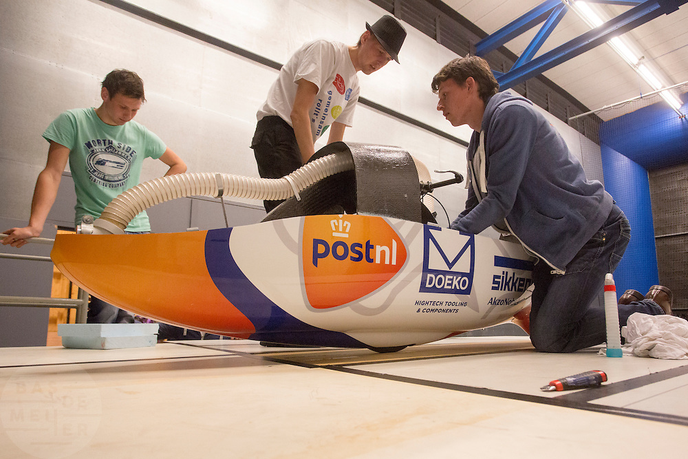 In Delft test het Human Power Team Delft en Amsterdam (HPT) hun nieuwe fiets, de VeloX4, in de windtunnel. In september wil het HPT, dat bestaat uit studenten van de TU Delft en de VU Amsterdam, een poging doen het wereldrecord snelfietsen te verbreken, dat nu op 133,8 km/h staat tijdens de World Human Powered Speed Challenge.<br /> <br /> The Human Power Team Delft and Amsterdam (HPT) test their new bike, the VeloX4, in the wind tunnel in Delft. With the special recumbent bike the HPT, consisting of students of the TU Delft and the VU Amsterdam, also wants to set a new world record cycling in September at the World Human Powered Speed Challenge. The current speed record is 133,8 km/h.
