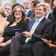 NLD/Amsterdam/20151125 - Koning Willem Alexander reikt Erasmusprijs 2015 uit, Adele Vrana, Phoebe Ayers en Koning Willem-Alexander