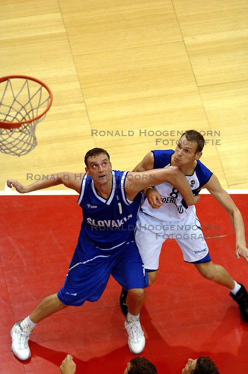 06-09-2006 BASKETBAL: NEDERLAND - SLOWAKIJE: GRONINGEN<br /> De basketballers hebben ook de tweede wedstrijd in de kwalificatiereeks voor het Europees kampioenschap in winst omgezet. In Groningen werd een overwinning geboekt op Slowakije: 71-63 / Kees Akerboom en Stefan Svitek<br /> &copy;2006-WWW.FOTOHOOGENDOORN.NL