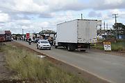 21.05.2018 - CACHOEIRINHA, RS -  Caminhoneiros em greve e protestam contra a alta do diesel, das cobranças nos pedágios e atraso no pagamento dos fretes, nesta segunda-feira (21/05/2018), na rodovia ERS-118 em Cachoeirinha.  Manifestantes liberam carros, coletivos, cargas perecíveis. ( Foto: DONALDO HADLICH / FRAMEPHOTO )