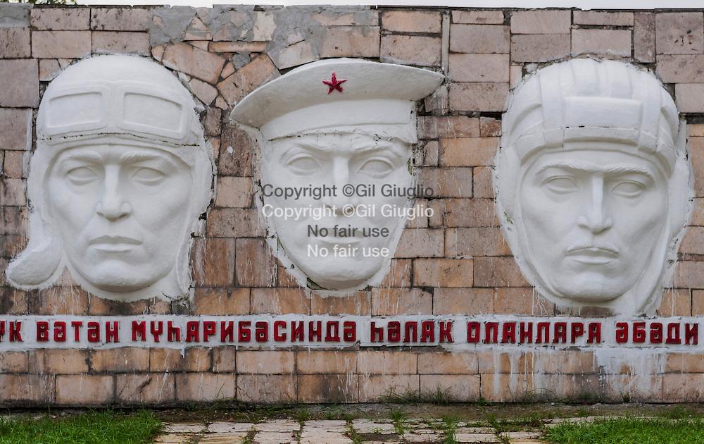 Azerbaïdjan, monument sociétique, village bord de route entre Gabala et Sheky// Azerbaidjan, soviet monument, village along the road between Gabal and Sheky
