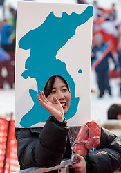 18.02.2018, Yongpyong Alpine Centre, Pyeongchang, KOR, PyeongChang 2018, Ski Alpin, Herren, Riesenslalom, im Bild Nordkoreanische Fans // Supporter of DPRK during the men's Alpine Giant Slalom Race of the Pyeongchang 2018 Winter Olympic Games at the Yongpyong Alpine Centre in Pyeongchang, South Korea on 2018/02/18. EXPA Pictures © 2018, PhotoCredit: EXPA/ Johann Groder