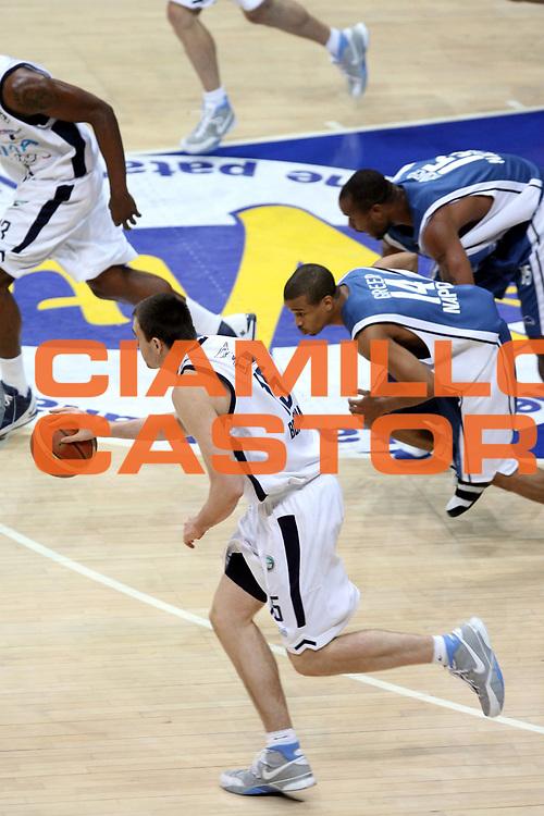 DESCRIZIONE : Bologna Lega A1 2005-06 Play Off Semifinale Gara 1 Climamio Fortitudo Bologna Carpisa Napoli <br />GIOCATORE : Lorbek Greer<br />SQUADRA : Carpisa Napoli Climamio Fortitudo Bologna<br />EVENTO : Campionato Lega A1 2005-2006 Play Off Semifinale Gara 1 <br />GARA : Climamio Fortitudo Bologna Carpisa Napoli <br />DATA : 01/06/2006 <br />CATEGORIA : Palleggio<br />SPORT : Pallacanestro <br />AUTORE : Agenzia Ciamillo-Castoria/G.Ciamillo