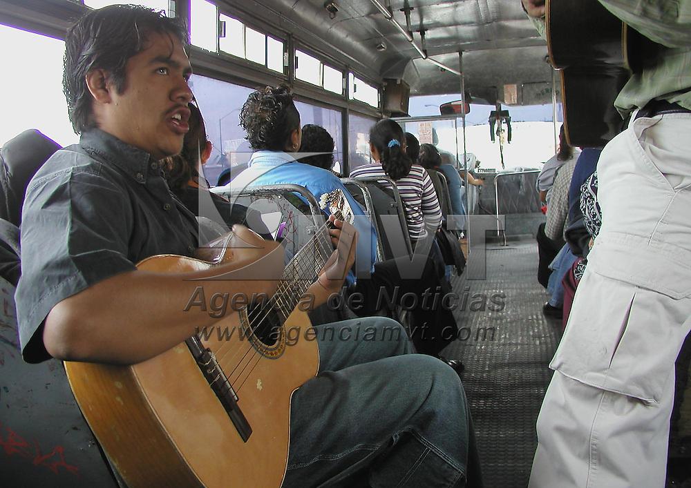 Toluca, M&eacute;x.- Con guitarras y cantos bohemios jovenes estudiantes de la Universidad mantienen sus estudios en los autobuses del servicio urbano en esta ciudad. Agencia MVT / Miguel A. Vazquez. (DIGITAL)<br /> <br /> NO ARCHIVAR - NO ARCHIVE
