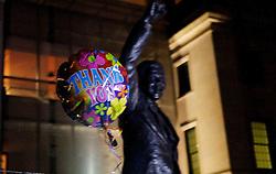 "05.12.2013, Johannesburg, ZAF, Nelson Mandela, der Gigant des Humanismus ist im Alter von 95 Jahren in seinem Haus an den Folgen einer Lungenentzuendung gestorben, im Bild A balloon written with ""Thank You"" is seen, front of the statue of Former South African president Nelson Mandela at the South African embassy, Washington, the United States of America, following Nelson Mandela's death // Nelson Mandela a giant of humanism died in his house in Johannesburg, South Africa on 2013/12/05. EXPA Pictures © 2013, PhotoCredit: EXPA/ Photoshot/ Fang Zhe<br /> <br /> *****ATTENTION - for AUT, SLO, CRO, SRB, BIH, MAZ only*****"