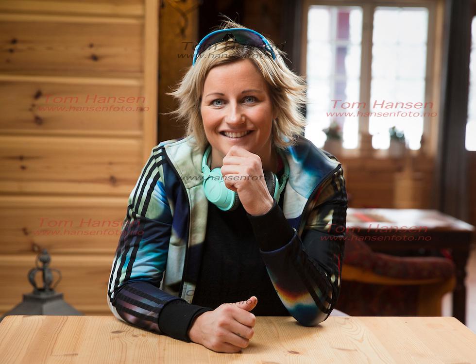 VRÅDAL, 20160125: Vibeke Skofterud nyter late dager på hytta i Vrådal i Telemark.  FOTO: TOM HANSEN
