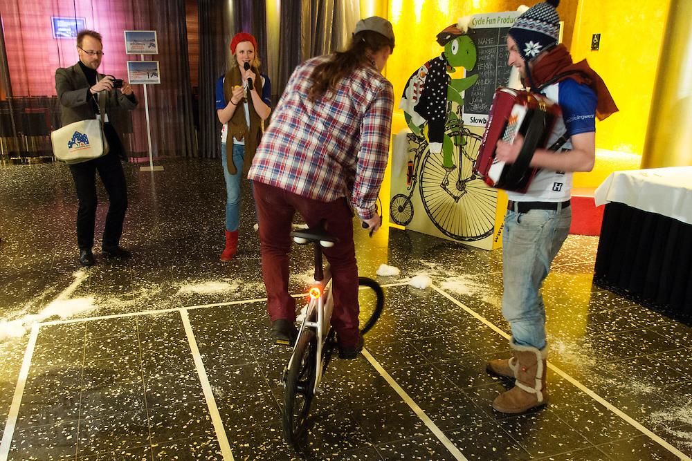 Een congresganger probeert zo langzaam mogelijk te fietsen tijdens de slow bike competitie. In Leeuwarden vindt het Winter Cycling Congress plaats. Tijdens het congres wordt gesproken hoe men het beste om kan gaan met fietsen in de winter. Uit de hele wereld komen sprekers en bezoekers om ervaringen te delen.<br /> <br /> A participant tries to cycle as slow as possible at the slow bike competition. In Leeuwarden the Winter Cycling Congress takes place. During the congress they discuss how to stimulate and improve cycling in the winter. Visitors and speakers of all around the world gather to share their experiences.