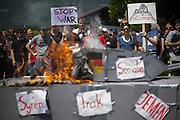 Deutschland | Garmisch-Partenkirchen | 05.06.2015: G7 Gipfel in Elmau bei Garmisch-Partenkirchen. Protestzug mit ca. 450 Teilnehmern vom Camp zum Marschall-Komplex der US Armee in Garmisch.<br /> <br /> hier: Demonstranten verbrennen vor dem Marshall-Komplex einen Papp-Panzer<br /> <br /> 20150605<br /> <br /> NUTZUNG HONORARPFLICHTIG!<br /> [Inhaltsveraendernde Manipulation des Fotos nur nach ausdruecklicher Genehmigung des Fotografen. Vereinbarungen ueber Abtretung von Persoenlichkeitsrechten/Model Release der abgebildeten Person/Personen liegt/liegen nicht vor.] [No Model Release | No Property Release]