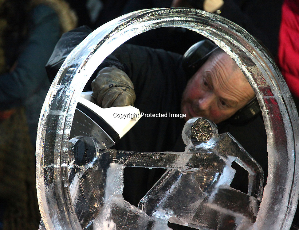 JONATHAN LLOYD UK FINISHING HIS INDIVIDUAL ICE SCULPTER AT THE 2012 LONDON ICE SCULPTER FESTIVAL CANARY WHARF LONDON.14.1.12.PIX STEVE BUTLER