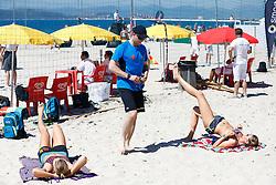 20140605 ITA: EK Beachvolleybal, Cagliari<br /> Krachttrainer David Jones ziet toe hoe Rimke Braakman en Jantine van der Vlist hun warming-up doen<br /> ©2014-FotoHoogendoorn.nl / Pim Waslander