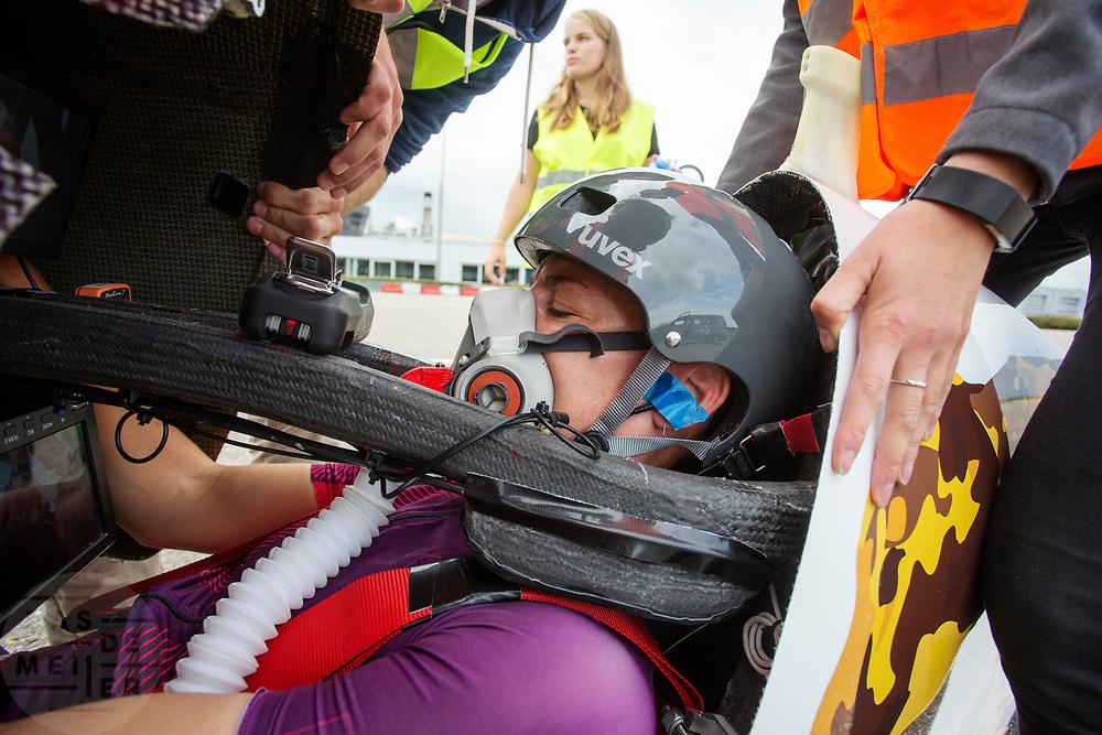 In Lelystad testen Iris Slappendel (foto) en Aniek Rooderkerken de VeloX 7 op de RDW baan. In september wil het Human Power Team Delft en Amsterdam, dat bestaat uit studenten van de TU Delft en de VU Amsterdam, tijdens de World Human Powered Speed Challenge in Nevada een poging doen het wereldrecord snelfietsen voor vrouwen te verbreken met de VeloX 7, een gestroomlijnde ligfiets. Het record is met 121,44 km/h sinds 2009 in handen van de Francaise Barbara Buatois. De Canadees Todd Reichert is de snelste man met 144,17 km/h sinds 2016.<br /> <br /> In Lelystad Iris Slappendel and Aniek Rooderkerken test the VeloX 7 at the RDW track. With the VeloX 7, a special recumbent bike, the Human Power Team Delft and Amsterdam, consisting of students of the TU Delft and the VU Amsterdam, also wants to set a new woman's world record cycling in September at the World Human Powered Speed Challenge in Nevada. The current speed record is 121,44 km/h, set in 2009 by Barbara Buatois. The fastest man is Todd Reichert with 144,17 km/h.