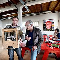 Nederland, Amsterdam , 28 maart 2014.<br /> Freedom Lab, een innovatieve werkplek annex denkgelegenheid in Amsterdam Oost, die binnenkort opent.<br /> Op de foto Denker des Vaderlands Ren&eacute; Gude samen met initiator Arjen Postma bekijken een 3D printer.<br /> Foto:Jean-Pierre Jans