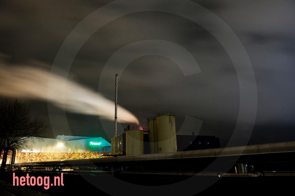 Nederland,hengelo 24jan2011 twee kilometer lange stoompijp van afvalverwerker twence naar akzo nobel  .Nederland, Hengelo, 24jan2011 Minister Maxime Verhagen (Economische Zaken) stelde maandagavond 24012011in Hengelo (O) een 2 kilometer lange stoompijp in gebruik. Via die pijp levert de afvalverwerkingscentrale Twence afvalwarmte aan AkzoNobel. Het ministerie van ELenI heeft 1,5 miljoen euro bijgedragen aan de realisatie. Het project zou een  hoeveelheid energie besparen die gelijk is aan het gebruik van 80.000 mensen en zou helpen de verandering van het klimaat tegen te gaan.De openingshandeling maakt deel uit van een werkbezoek aan de regio Twente, dat de bewindsman maandag aflegde. Behalve in Hengelo was hij ook nog in Enschede, waar hij in het stadion van FC Twente sprak met ondernemers en topmensen van kennisinstellingen in de regio. volgens een woordvoerder van Verhagen is Twente is een van de koplopers in Nederland waar het gaat om de toepassing van wetenschappelijke kennis in commerciële en maatschappelijke producten. foto: Cees Elzenga/HH