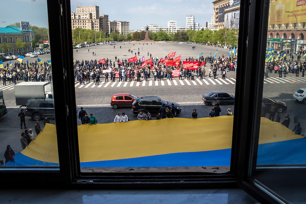 KHARKIV, UKRAINE - APRIL 24: Pro-Russian separatists and pro-Ukrainian unity demonstrators rally outside the regional administration building on April 24, 2014 in Kharkiv, Ukraine. The legislative body for the Kharkiv region, which was holding a session, was urged by pro-Russian protesters outside to schedule a referendum on greater autonomy from the central government in Kiev. (Photo by Brendan Hoffman/Getty Images) *** Local Caption ***