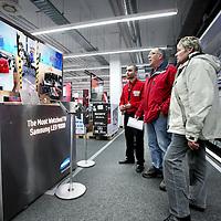 Nederland, Amsterdam , 25 februari 2011..Bezoekers van de Mediamarkt in Amsterdam Noord krijgen van Mediamarkt personeel uitleg omtrent de nieuwste geavanceerde LED televisies..Clients want to know all about the 3D TV. The salesman of Mediamarkt explains.