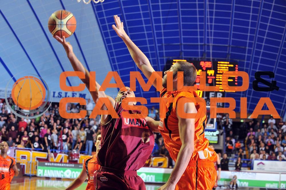 DESCRIZIONE : Venezia Lega A2 2009-10 Umana Reyer Venezia Snaidero Udine<br /> GIOCATORE :  Kiwane Garris<br /> SQUADRA : Umana Reyer Venezia <br /> EVENTO : Campionato Lega A2 2009-2010<br /> GARA : Umana Reyer Venezia Snaidero Udine<br /> DATA : 18/10/2009<br /> CATEGORIA : Tiro<br /> SPORT : Pallacanestro <br /> AUTORE : Agenzia Ciamillo-Castoria/M.Gregolin<br /> Galleria : Lega Basket A2 2009-2010 <br /> Fotonotizia : Venezia Campionato Italiano Lega A2 2009-2010 Umana Reyer Venezia Snaidero Udine<br /> Predefinita :