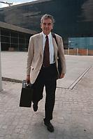 27 JUL 1999 - BERLIN, GERMANY:<br /> Michael Naumann, Staatsminister im Bundeskanzleramt, verläßt nach einer Pressekonferenz das Bundespresseamt<br /> Michael Naumann, Minister of Staate of the Department of the Federal Chancellor, after a press conference<br /> IMAGE: 19990727-01/03-21