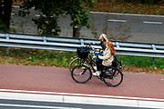 Twee meisjes rijden door Nijmegen.<br /> <br /> Two girls cycle in Nijmegen.