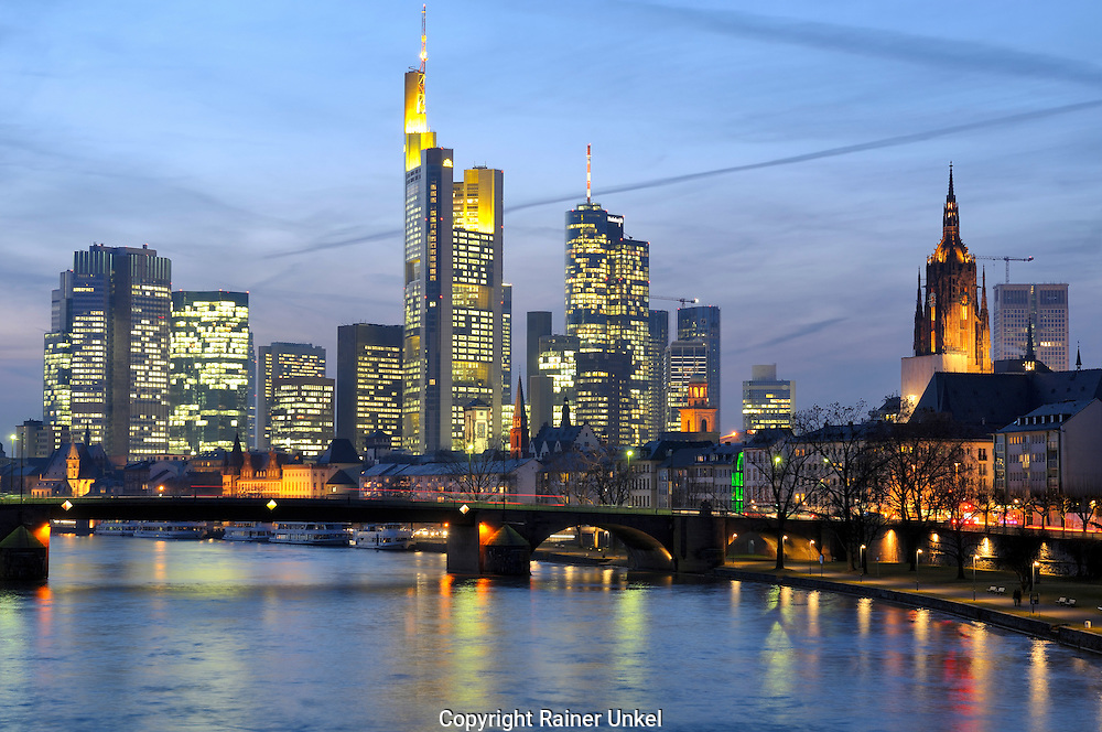 DEUTSCHLAND : Das Bankenviertel von Frankfurt am Main : links die Europaeische Zentralbank ( EZB ) , in der Mitte die Commerzbank , dann Hessische Landesbank ( HeLaBa ) , ganz rechts der Dom / Mainhattan.   |GERMANY :  The Financial district of Frankfurt at Main river : on the left European Central Bank ( ECB ) , in the middle Commerzbank , then Hessische Landesbank ( HeLaBa ) , on the very right Frankfurt Cathedral|.   26.01.2009.     Copyright by : Rainer UNKEL , Tel.: (0)228/477211, Fax: (0)228/477212