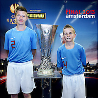 Nederland, Amsterdam , 9 mei 2013.<br /> De Europa Leaguebeker , oftewel UEFA beker was in de Sporthallen Zuid te bewonderen.<br /> Op de foto Thomas en Danny Jonkers uit Eerbeek met de beker op de foto.<br /> Foto:Jean-Pierre Jans