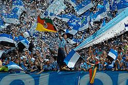 Gaúcho de bombachas com a bandeira do Rio Grande do Sul na torcida do Grêmio, FOTO: Itamar Aguiar / Preview.com