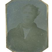 Louis DAGUERRE.<br /> <br /> Portrait de M. Huet (1837). <br /> petite plaque de m&eacute;tal de 5,8 x 4,1 cm. Portrait de M. Huet, peintre naturaliste qui rendait visite &agrave; Daguerre dans son atelier. C&rsquo;est une image qui a &eacute;t&eacute; trouv&eacute;e au march&eacute; aux puces (en 1998 ?). Elle serait donc le 1er premier portrait connu de l&rsquo;histoire de la photo. Estim&eacute;e &agrave; 600 000 / 800 000 euros ; elle n&rsquo;a pas trouv&eacute; preneur &agrave; la vente qui vient d&rsquo;avoir lieu &agrave; Paris en 2015. (Un Le Gray s&rsquo;est vendu &agrave; 917 000 euros).