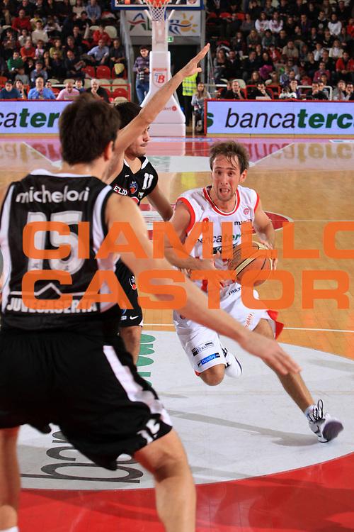 DESCRIZIONE : Teramo Lega A 2009-10 Basket Bancatercas Teramo Pepsi Caserta<br /> GIOCATORE : Giuseppe Poeta<br /> SQUADRA : Bancatercas Teramo <br /> EVENTO : Campionato Lega A 2009-2010 <br /> GARA : Bancatercas Teramo Pepsi Caserta<br /> DATA : 15/11/2009<br /> CATEGORIA : penetrazione<br /> SPORT : Pallacanestro <br /> AUTORE : Agenzia Ciamillo-Castoria/M.Carrelli<br /> Galleria : Lega Basket A 2009-2010 <br /> Fotonotizia : Teramo Lega A 2009-10 Basket Bancatercas Teramo Pepsi Caserta<br /> Predefinita :