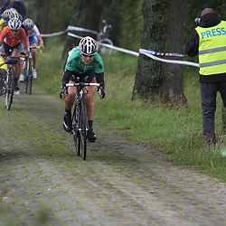 Ina Yoko Teutenberg in de aanval in de Holland Ladies Tour op de kasseien van Den Hout
