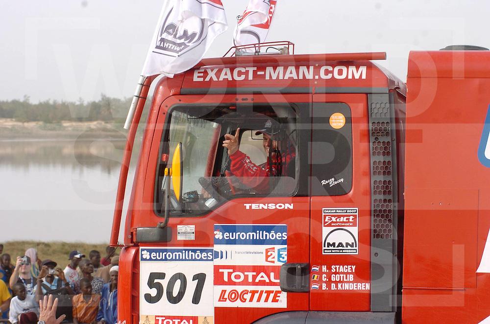 Le Dakar 2007..070121 Dakar Senegal..Huldiging deelnemers Lissabon - Dakar..Hans Stacey winnaar bij de trucks..foto: Een lachende Stacey rijd weg...fotografie frank uijlenbroek©2006 frank uijlenbroek..