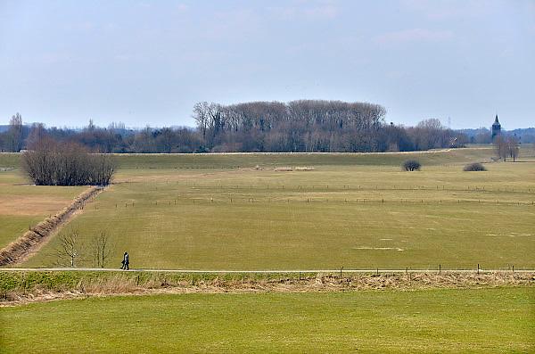 Nederland, Ewijk, 1-4-2013Twee 50plussers, een man en vrouw, wandelen over de dijk en in de uiterwaarden langs de Waal.Foto: Flip Franssen/Hollandse Hoogte
