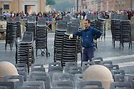 Operai sistemano le sedie nei settori destinati ai pellegrini in piazza San Pietro - Workers arrange the chairs in the areas intended for pilgrims, St. Peter's Square
