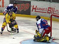 Ishockey  , UPC Ligaen , 3 . november  2005 , Hamar OL - Amfi  ,<br /> <br /> Storhamar  v  Vålerenga  (2-1)<br /> <br /> Patrick Yetman , Storhamar blir forsøkt stoppet av Lars Erik Lund og Tyrone Garner , Vålerenga.