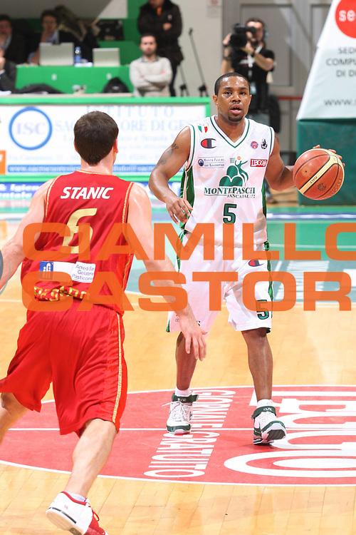 DESCRIZIONE : Siena Lega A1 2008-09 Montepaschi Siena Scavolini Spar Pesaro<br /> GIOCATORE : Terrell Mc Intyre<br /> SQUADRA : Montepaschi Siena <br /> EVENTO : Campionato Lega A1 2008-2009<br /> GARA : Montepaschi Siena Scavolini Spar Pesaro<br /> DATA : 21/12/2008<br /> CATEGORIA : Palleggio<br /> SPORT : Pallacanestro<br /> AUTORE : Agenzia Ciamillo-Castoria/G.Ciamillo
