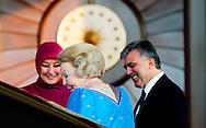 ANKARA - Koningin Beatrix proost in het presidentieel paleis met de Turkse president Abdullah Gül. De vorstin brengt een driedaags bezoek aan Turkije dat in het teken staat van de viering van 400 jaar diplomatieke betrekkingen tussen Nederland en Turkije. ANP ROYAL IMAGES ROBIN UTRECHT