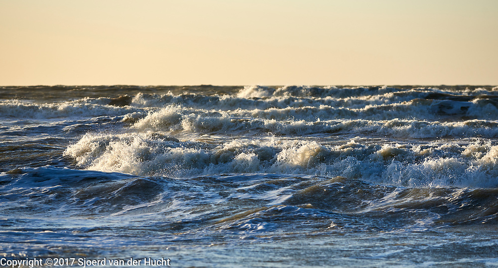Wilde zee met golven aan de kust van Den Haag - Wild sea with waves at the coast of The Hague, Netherlands