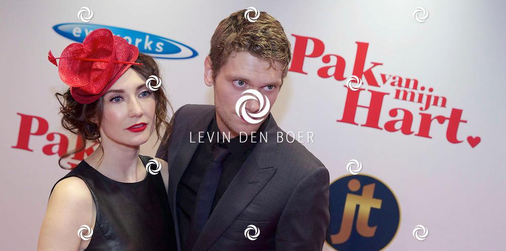 HILVERSUM - In de nieuwe JT Bioscoop is de eerste film 'Pak van mijn Hart' in premiere gegaan. Met hier op de foto  Kees van Nieuwkerk met partner Carice van Houten. FOTO LEVIN DEN BOER - PERSFOTO.NU