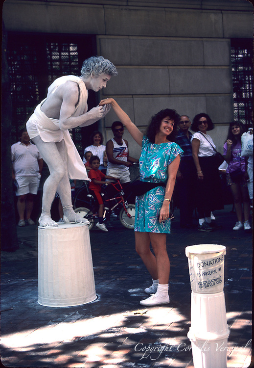 Mime in front of the Metropolitan Museum in New York City