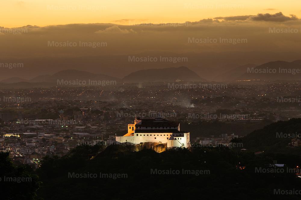 Brasil - Espirito Santo - Vila Velha - Anoitecer com vista para o Convento da Penha - Foto: Gabriel Lordello/ Mosaico Imagem