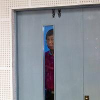 BEIJING, 30. Juni, 2012  : besorgte Vaeter schauen in den Pruefungssaal, in dem ihre Kinder an einer Vorauswahl fuer ein Studium in Deutschland teilnimmt.