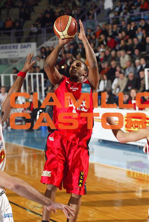 DESCRIZIONE : Faenza Lega A2 2005-06 Zarotti Imola Edimes Pavia <br /> GIOCATORE : Mack <br /> SQUADRA : Edimes Pavia <br /> EVENTO : Campionato Lega A2 2005-2006 <br /> GARA : Zarotti Imola Edimes Pavia <br /> DATA : 22/01/2006 <br /> CATEGORIA : Tiro <br /> SPORT : Pallacanestro <br /> AUTORE : Agenzia Ciamillo-Castoria/M.Marchi <br /> Galleria : Lega Basket A2 2005-2006 <br /> Fotonotizia : Faenza Campionato Italiano Lega A2 2005-2006 Zarotti Imola Edimes Pavia <br /> Predefinita :