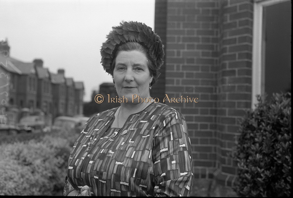Presentation of prizes at the  Irish Countrywomans Association.  Mrs. Phyllis Faris, Chairman of the Executive Committee.<br /> 04.09.1964